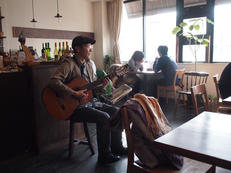盛岡Mitad Y Mitad(ミタイミタ)で出会った流しのギタリスト、ケニーさん