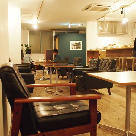 盛岡菜園のカフェ、バー、レストラン「Cafe RHINO カフェ ライノー」の店内