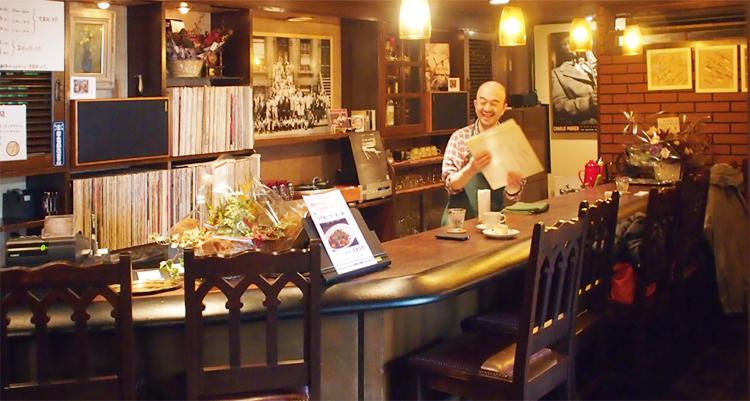 盛岡菜園のカフェ、バー「パノニカ」の店内