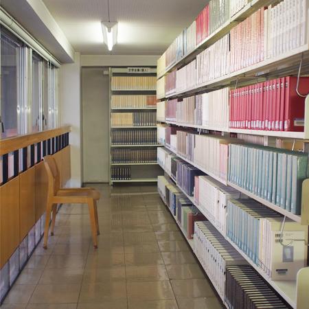 盛岡市高松の「盛岡市立図書館」の館内
