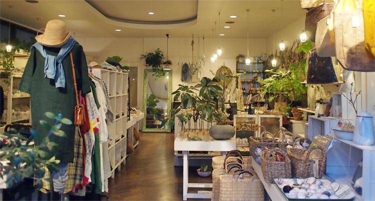 盛岡材木町の衣類雑貨「カシーフレンドリー」の店内