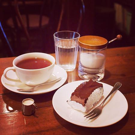 盛岡中ノ橋のシャンソンがかかるおすすめの喫茶店「六分儀」の紅茶とケーキ